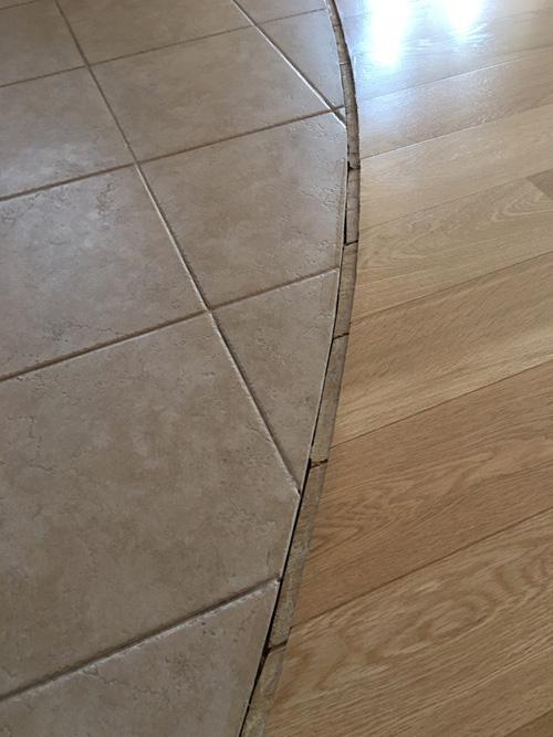 Стык плитки и ламината для установки гибкого порога