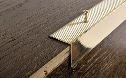 Порожек из латуни на ступени лестниц