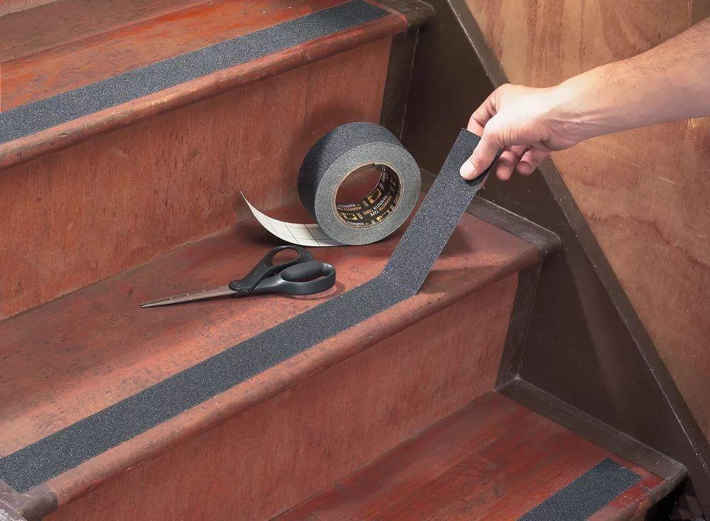 Противоскользящая абразивная лента на ступени