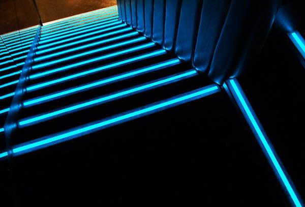 Светящиеся пороги на ступени лестниц