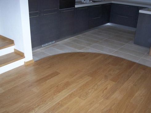 Стык между кухней и комнатой гибким Т образный порогом